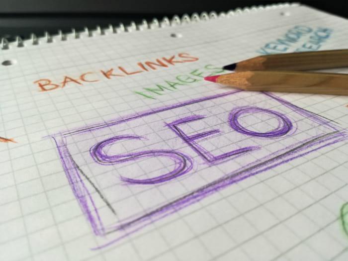 En tant qu'agence seo, nous aimons enseiigner notre savoir de référencement web. Or, cette image montre des note qui montrent les mots SEO Québec, backlinks et contenu, dessiné au crayon de couleurs.