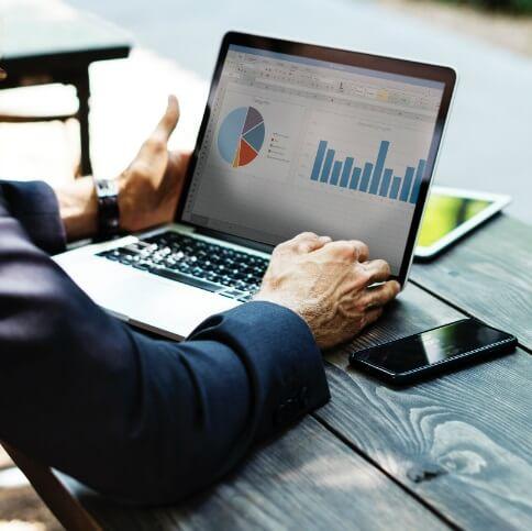 Lorsque vous engagez un expert seo, il faut vous assurer de mesurer les résultats. Cette image montre un homme d'affaires qui analyse les données de son référencement seo pour s'assurer que tout va bien.
